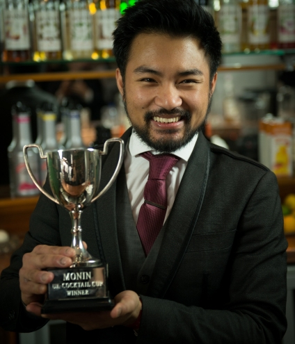peter-nguyen-with-the-monin-cup-uk-trophy